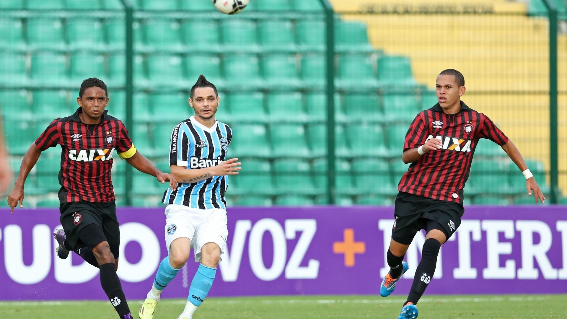20.abr.2014 - Pará, do Grêmio, e Deivid (e), do Atlético-PR, observam a bola no estádio Orlando Scarpelli, em SC