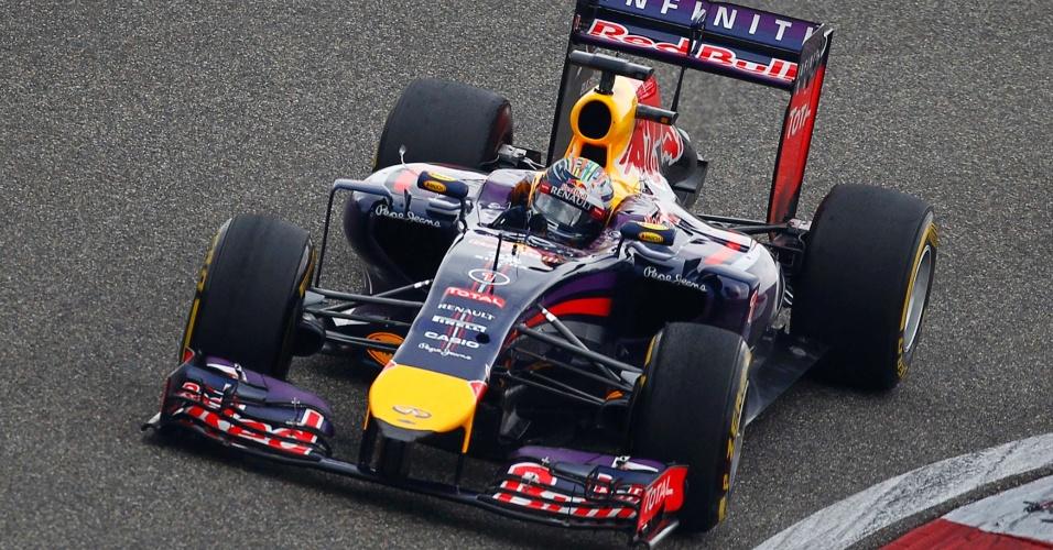 20.abr.2014 - Sebastian Vettel largou bem e assumiu o segundo lugar no GP da China, mas o rendimento de sua Red Bull caiu durante a corrida