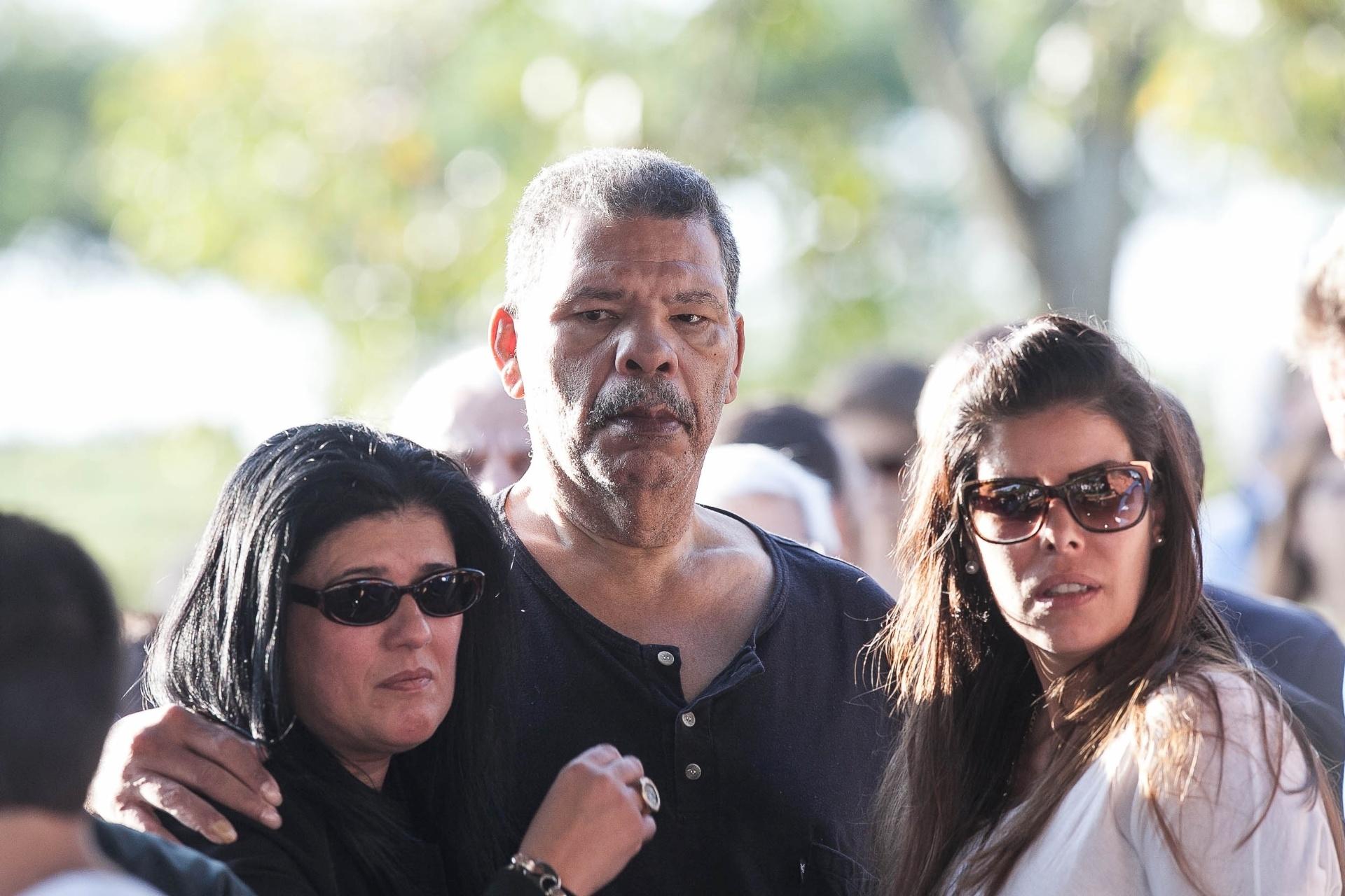 Boxeador Adílson Maguila e sua mulher conversam com Flavia, viúva de Luciano do Valle