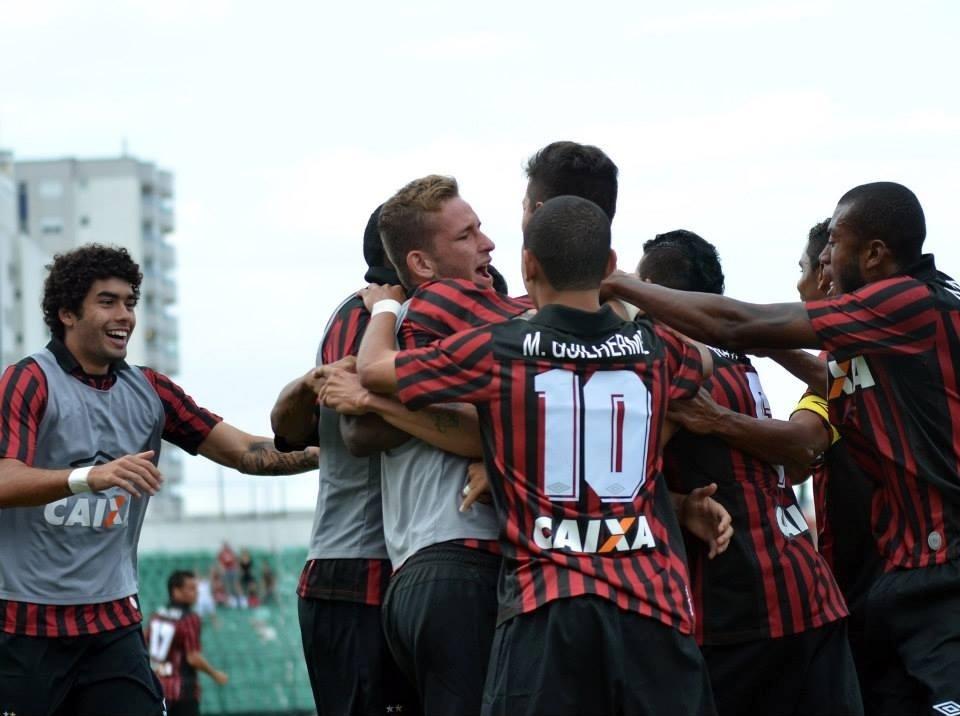 20.abr.2014 - Jogadores do Atlético-PR comemoram gol na vitória sobre o Grêmio, no Orlando Scarpelli