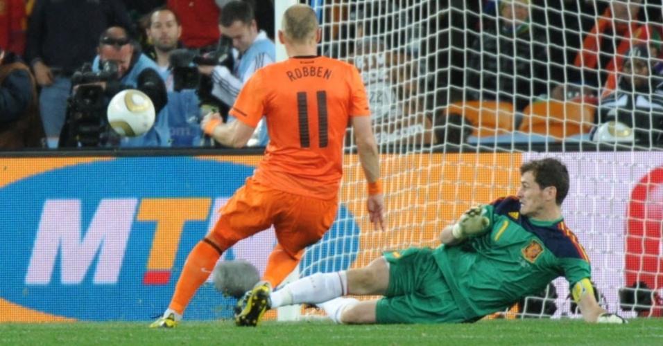 Casillas faz grande defesa em chute de Robben na final da Copa de 2010, na África do Sul