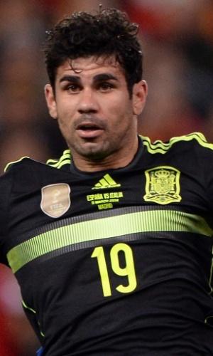 05.mar.2014 - Brasileiro naturalizado espanhol, Diego Costa tenta se antecipar à marcação da defesa da Itália durante amistoso em Madri