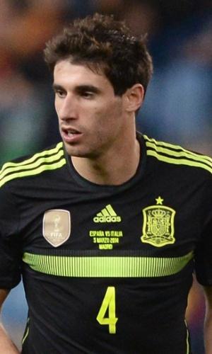 05.mar.2014 - Javi Martinez, da Espanha, domina a bola durante o amistoso contra a Itália em Madri