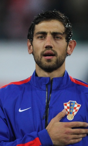 05.mar.2014 - Mate Males, da Croácia, canta o hino nacional do seu país antes do amistoso contra a Suíça em St. Gallen