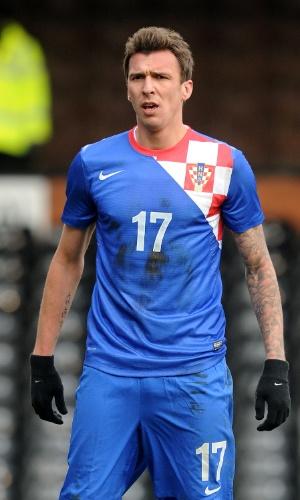 06.fev.2013 - Mario Mandzukic, da Croácia, observa seus companheiros durante o amistoso contra a Coreia do Sul em Londres