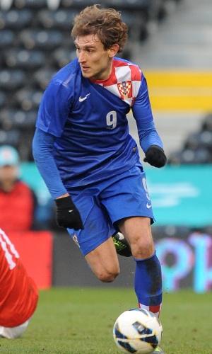 06.fev.2013 - Nikica Jelavic tenta levar a Croácia para o ataque durante o amistoso contra a Coreia do Sul em Londres