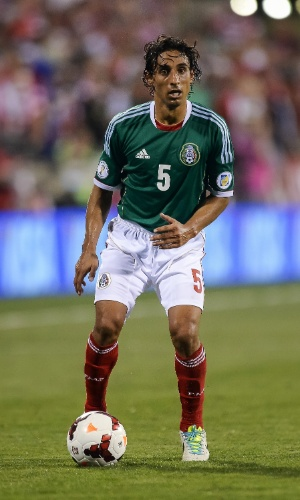 10.set.2013 - Fernando Arce, do México, domina a bola durante a partida contra os EUA pelas eliminatórias da Copa do Mundo-2014