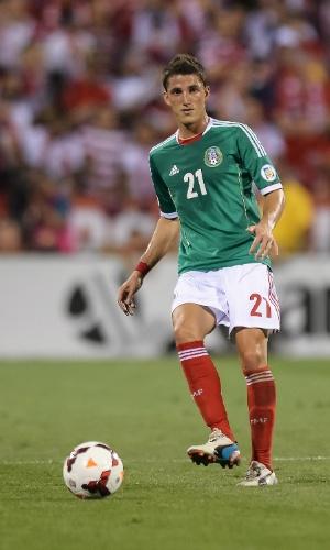10.set.2013 - Hiram Mier, do México, toca a bola durante partida contra os EUA pelas eliminatórias da Copa do Mundo-2014
