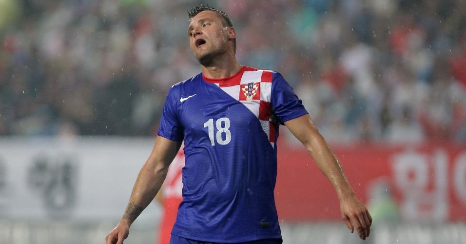 10.set.2013 - Leon Benko, da Croácia, lamenta chance desperdiçada durante o amistoso contra a Coreia do Sul em Jeonju