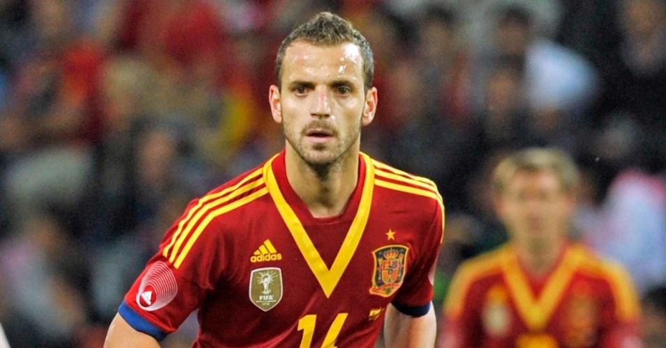 10.set.2013 - Roberto Soldado, da Espanha, parte para a jogada de ataque durante amistoso contra o Chile em Genebra (Suíça)