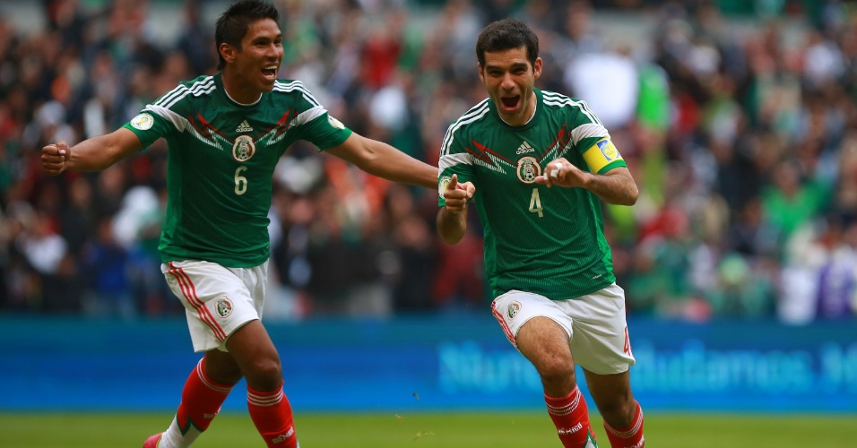 13.nov.2013 - Rafa Márquez (nº4) comemora após marcar um dos gols do México na goleada de 5 a 1 sobre a Nova Zelândia pela repescagem da Copa do Mundo-2014