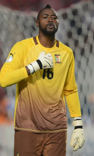 13.out.2013 - Charles Itandje, goleiro de Camarões, reclama durante a partida contra a Tunísia pelas eliminatórias da Copa do Mundo-2014