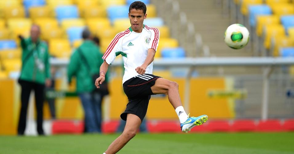 15.jun.2013 - Diego Reyes toca a bola durante treino do México no estádio do Maracanã