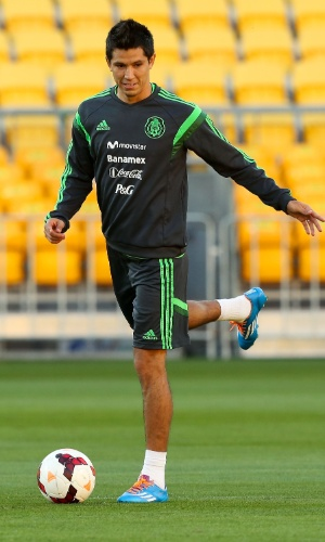 19.nov.2013 - Jesús Molina, do México, dá um passe durante treino da seleção em Wellington (Nova Zelândia)