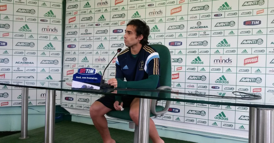 22-04-2014 - Valdivia dá entrevista coletiva na Academia de Futebol do Palmeiras