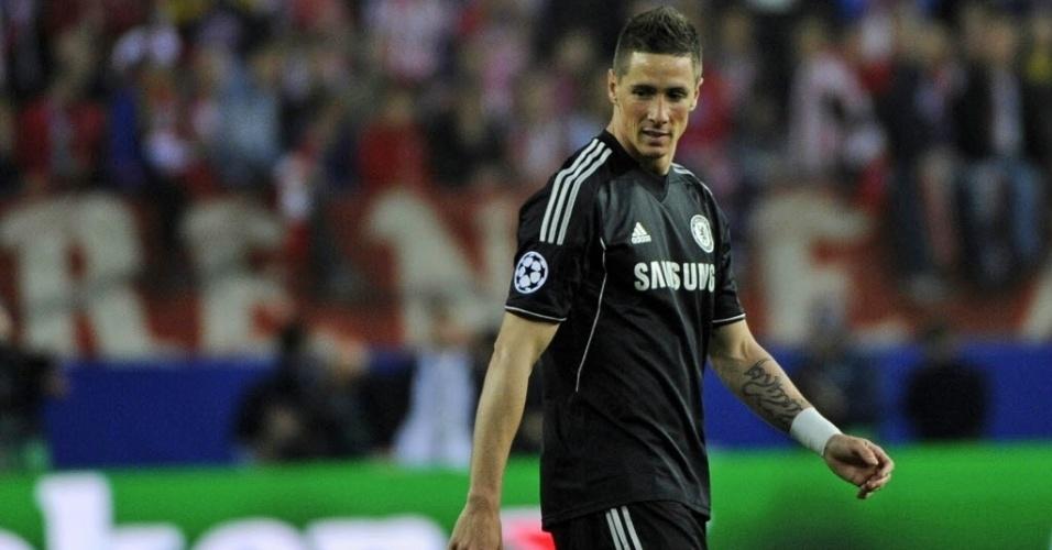 22.abr.2014 - Atacante do Chelsea, Fernando Torres caminha no gramado durante a partida contra o Atlético de Madri pelas semifinais da Liga dos Campeões