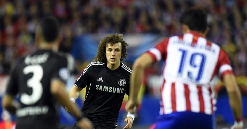 22.abr.2014 - Brasileiro David Luiz (centro) passa a bola para Ashley Cole (esq.) na partida contra o Atlético de Madri