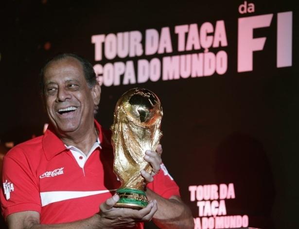 22.abr.2014 - Carlos Alberto Torres posa para fotos com a taça da Copa do Mundo