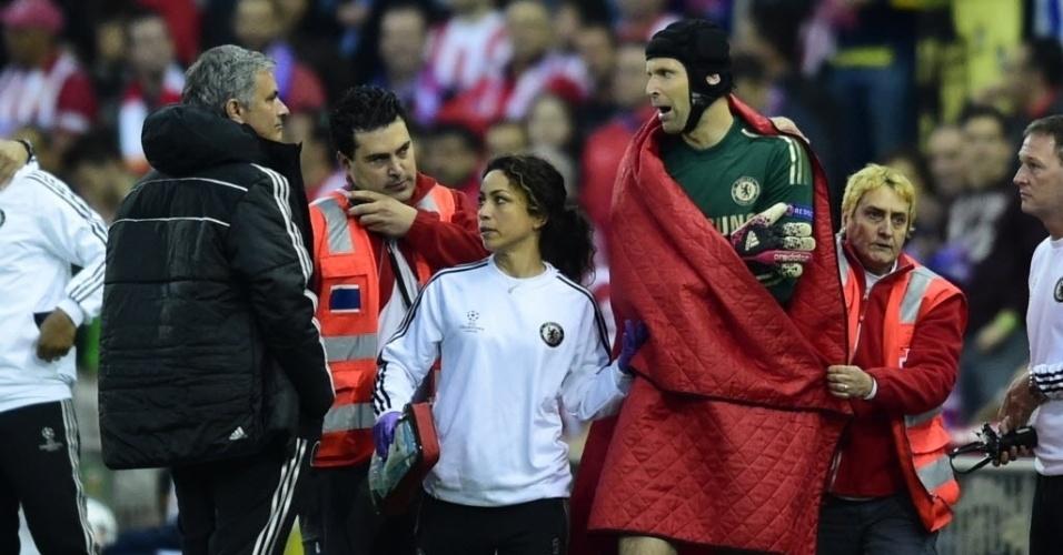 22.abr.2014 - Goleiro do Chelsea, Petr Cech sente dores no ombro após queda e deixa o gramado na partida contra o Atlético de Madri na Liga dos Campeões