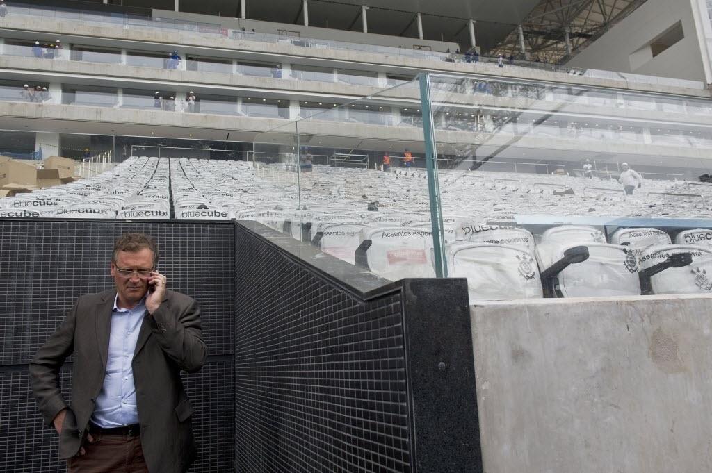 22.abr.2014 - Jerome Valcke, secretário-geral da Fifa, fala ao celular durante vistoria ao Itaquerão
