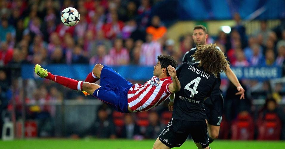 22.abr.2014 - Marcado por David Luiz, Diego Costa tenta o voleio na partida entre Atlético de Madri e Chelsea pela Liga dos Campeões