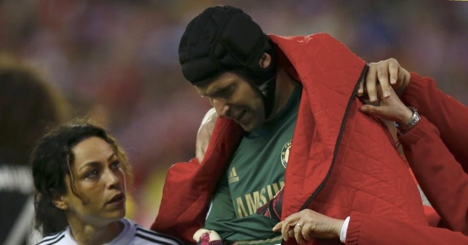 22.abr.2014 - Petr Cech recebe atendimento e deixa o gramado após cair de mau jeito com o cotovelo ao defender o gol do Chelsea