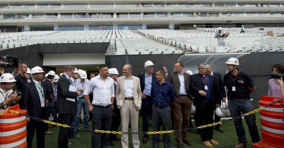 22.abr.2014 - Ronaldo, Aldo Rebelo e Jérôme Valcke durante visita ao Itaquerão
