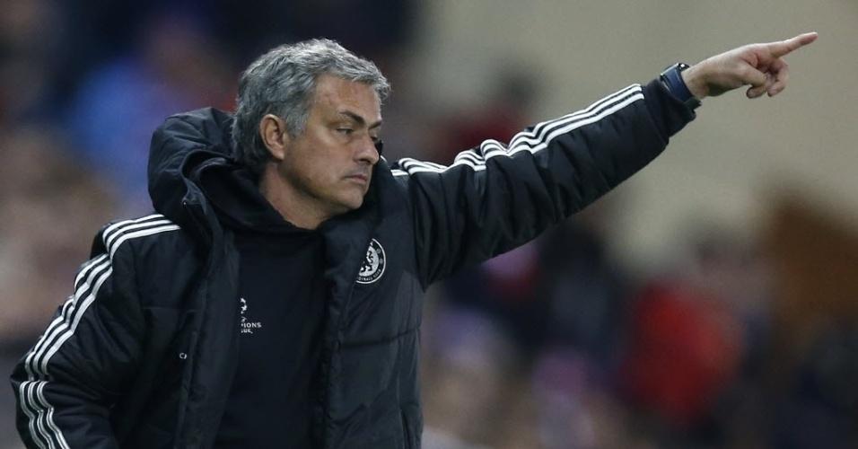 22.abr.2014 - Técnico José Mourinho orienta jogadores do Chelsea na partida contra o Atlético de Madri pelas semifinais da Liga dos Campeões