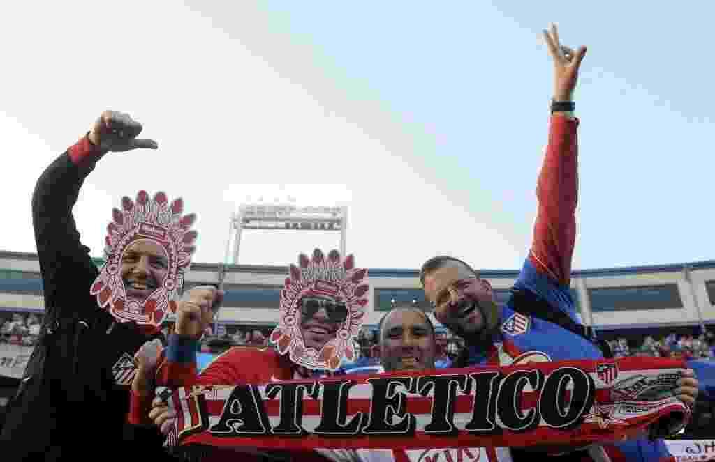 22.abr.2014 - Torcedores do Atlético de Madri vão à caráter ao jogo contra o Chelsea pelas semifinais da Liga dos Campeões - AFP PHOTO/ CURTO DE LA TORRE