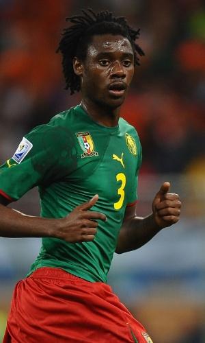 24.jun.2010 - Nicolas N'Koulou, de Camarões, observa seus companheiros durante a partida contra a Holanda na Copa do Mundo-2010