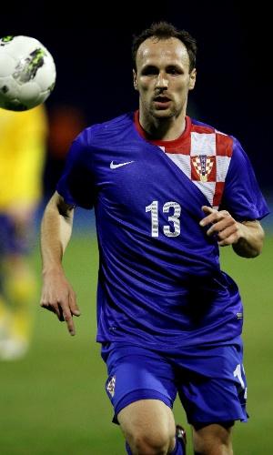 29.fev.2012 - Gordon Schildenfeld tenta levar a Croácia para o ataque durante amistoso contra a Suécia em Zagreb