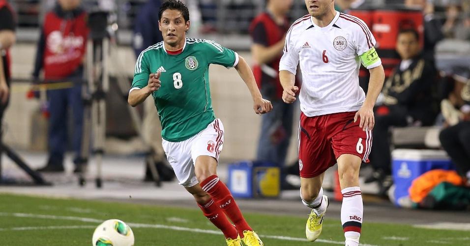 30.jan.2013 - Ángel Reyna, do México, leva a melhor na disputa com marcador durante amistoso contra a Dinamarca nos EUA
