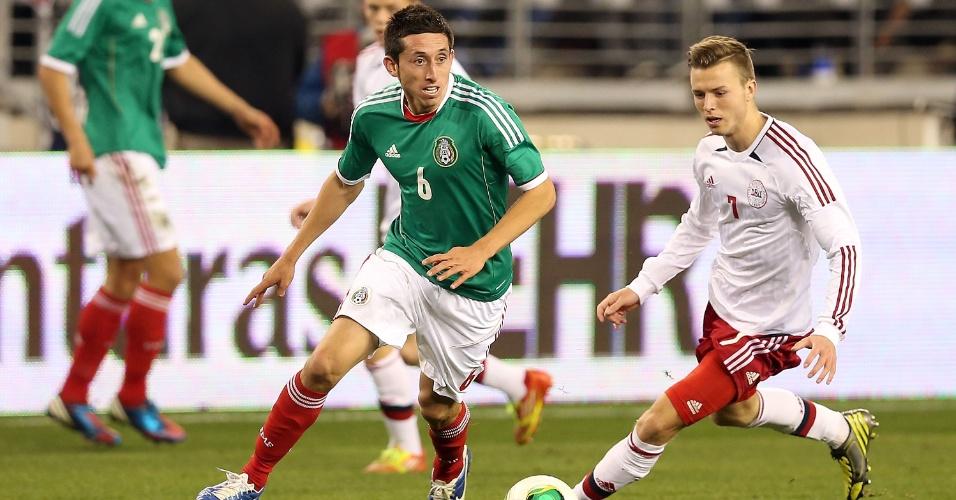 30.jan.2013 - Hector Herrera, do México, leva a melhor sobre a marcação da Dinamarca durante amistoso nos EUA