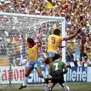 O ex-zagueiro Edinho disse que na Copa de 82, Serginho (com a 9) e Eder Aleixo comemoravam intencionalmente seus gols em frente a uma placa de publicidade - WOLFGANG EILMES/Efe