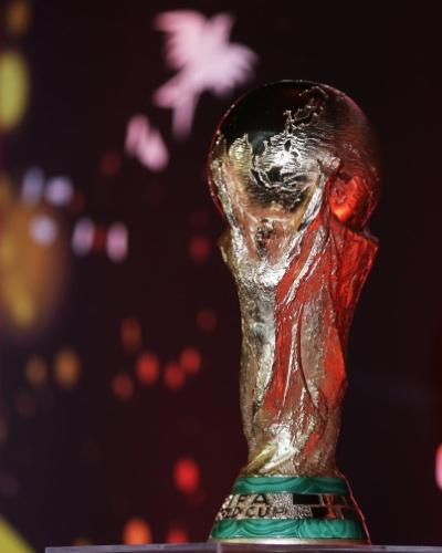 Taça da Copa do Mundo tem proteção contra toque em exibição no Rio de Janeiro