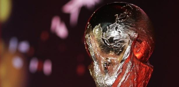 Taça da Copa do Mundo em exibição no Rio; réplica foi incendiada em Teresópolis