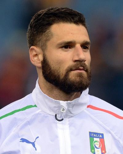 05.mar.2014 - Antonio Candreva, da Itália, canta o hino nacional antes do amistoso contra a Espanha em Madri