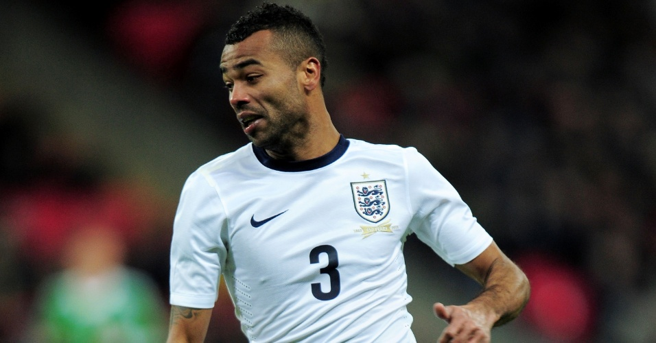 19.nov.2013 - Ashley Cole, da Inglaterra, carrega a bola durante amistoso contra a Alemanha em Wembley
