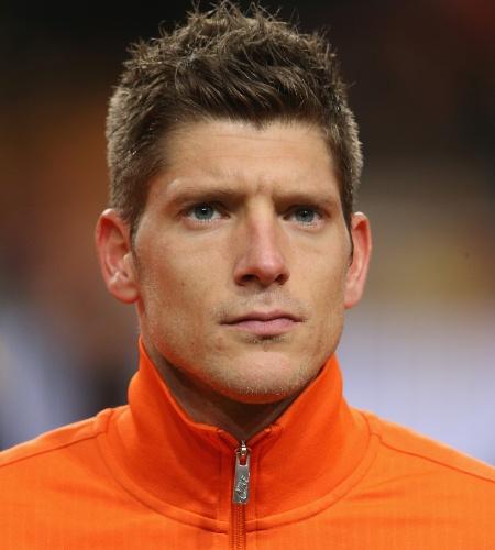 19.nov.2013 - Stijn Schaars, da Holanda, fica perfilado antes do amistoso contra a Colômbia em Amsterdã
