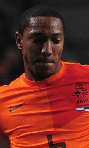 22.mar.2013 - Jonathan de Guzmán, da Holanda, tenta dominar a bola durante a partida contra a Estônia pelas eliminatórias da Copa do Mundo-2014