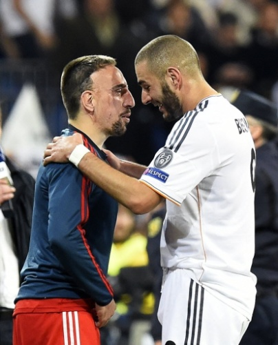 23.abr.2014 - Companheiros de seleção francesa, Ribéry e Benzema se cumprimentam após o Real Madrid vencer o Bayern no primeiro jogo do duelo das semifinais da Liga dos Campeões