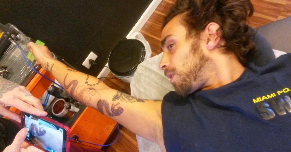 A última tatuagem de Valdivia com Akemi foi uma caveira com serpente no antebraço