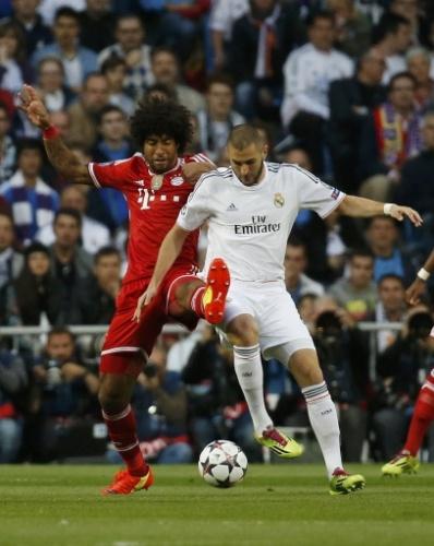 Brasileiro Dante tenta tirar a bola de Benzema na partida entre Real e Bayern - (23.abr.2014)