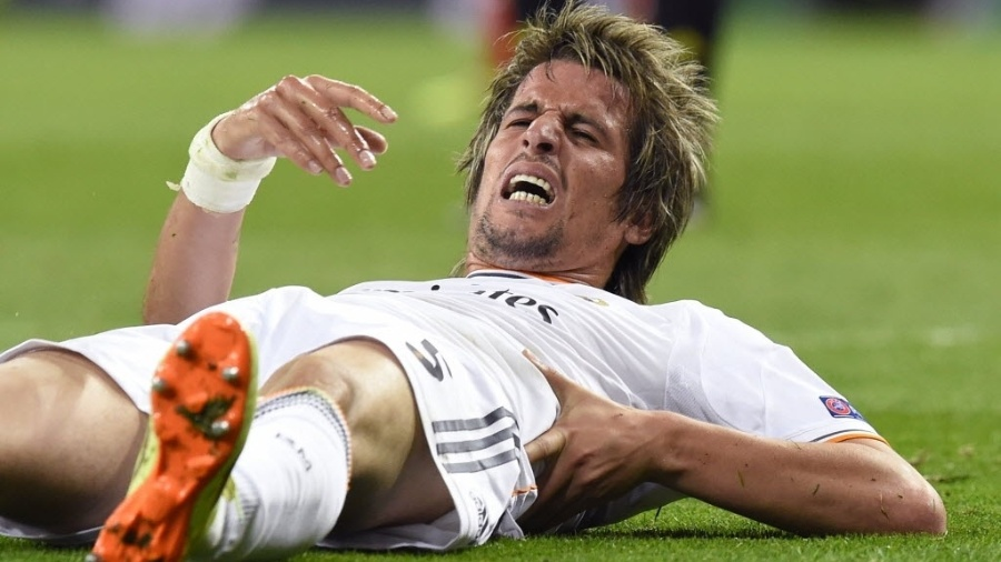 Coentrão deita no gramado durante jogo do Real Madrid em 2014 - Gerard Julien/AFP
