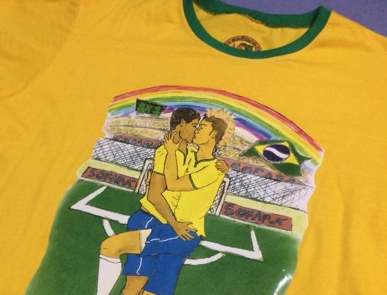 """Felipeh Campos, fundador da torcida gay do Corinthians Gaivotas Fiéis, aposta no projeto """"Gaivotas do Brasil"""" durante a Copa do Mundo com bandeira do Brasil e camiseta especiais."""