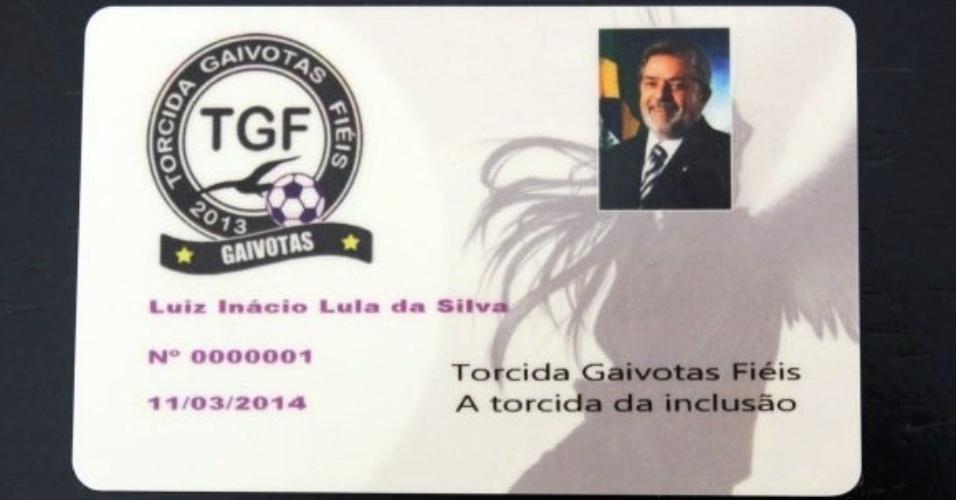 Felipeh Campos, fundador da torcida gay do Corinthians Gaivotas Fiéis, fez carteirinha de membro para o presidente Lula.