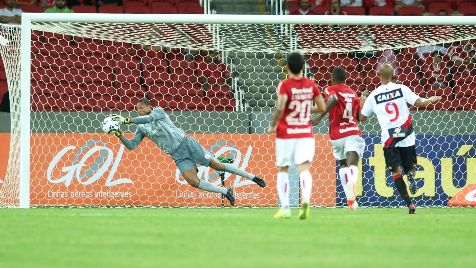 Goleiro Dida defende chute de jogador do Vitória na estreia do Inter no Campeonato Brasileiro 2014