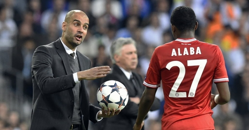 Guardiola orienta meia do Bayern Alaba no jogo da semi da Liga contra o Real (23.abr.2014)