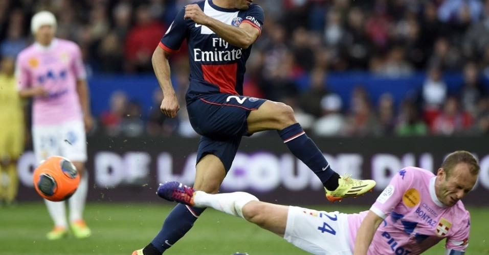 Lucas arrisca chute durante a partida contra o Evian