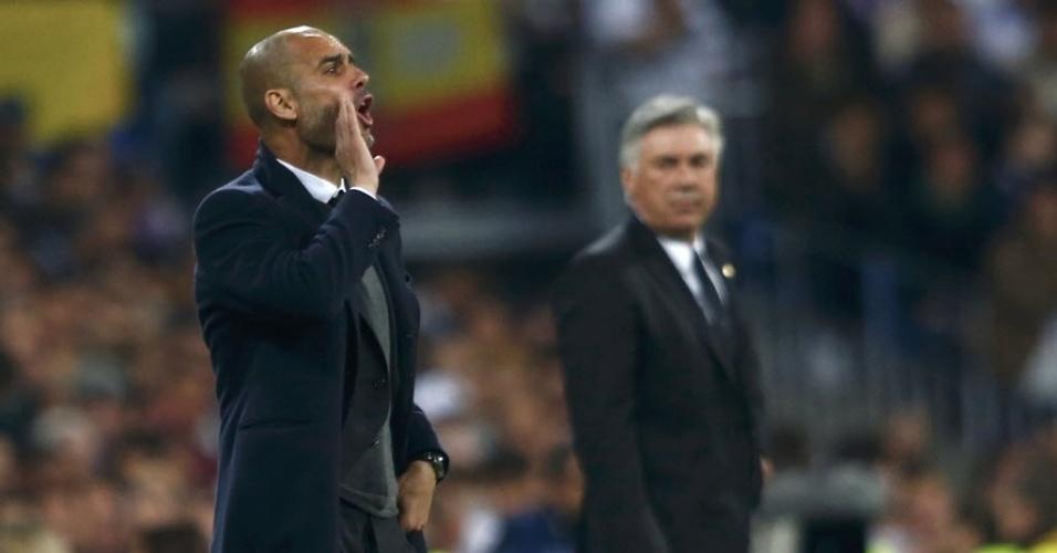 Observado por Ancelotti (dir.), Guardiola orienta jogadores do Bayern de Munique - (23.abr.2014)